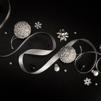 Mise à plat d'ornements de noël en argent avec ruban