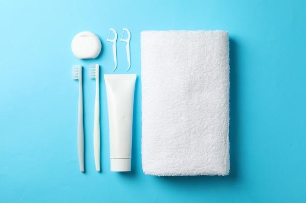 Mise à plat avec des outils de soins dentaires sur fond bleu