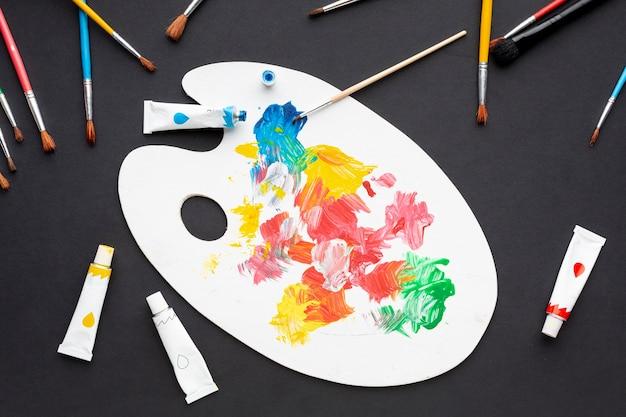 Mise à plat de la palette de peinture colorée