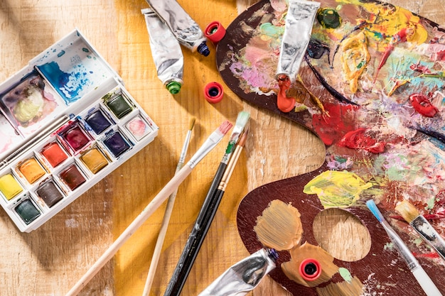 Mise à plat de la palette de peinture et des pinceaux