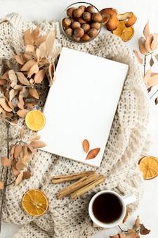 Mise à plat d'une pancarte vierge avec des feuilles d'automne et des bâtons de cannelle