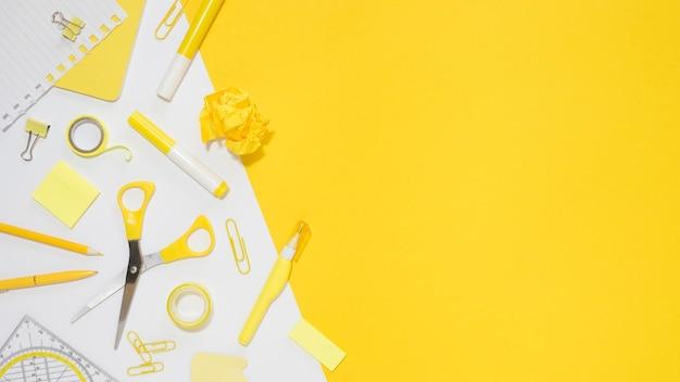 Mise à plat de papeterie de bureau avec espace copie et ciseaux