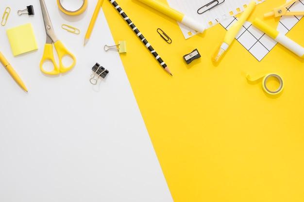 Mise à plat de papeterie de bureau avec trombones et crayon