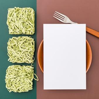 Mise à plat de papier de menu vierge sur un bol avec des pâtes