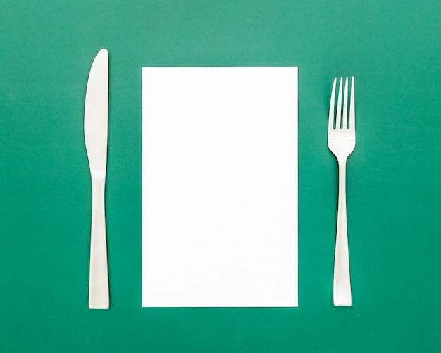 Mise à plat de papier de menu vierge avec couteau et fourchette