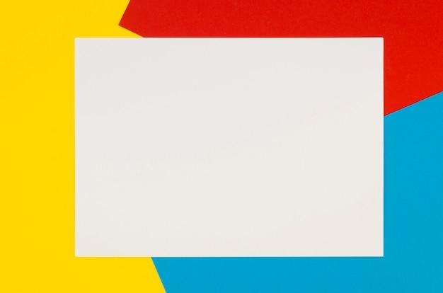 Mise à plat de papier vierge sur fond coloré