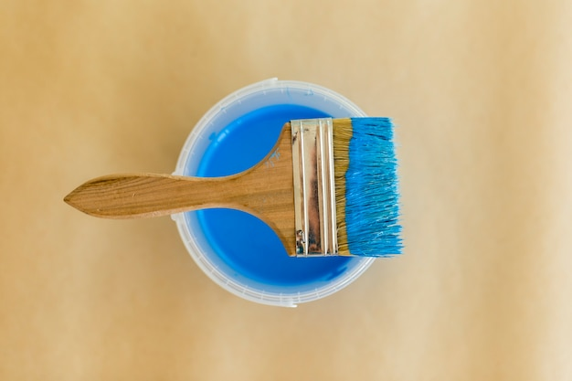 Mise à plat de peinture bleue et pinceau