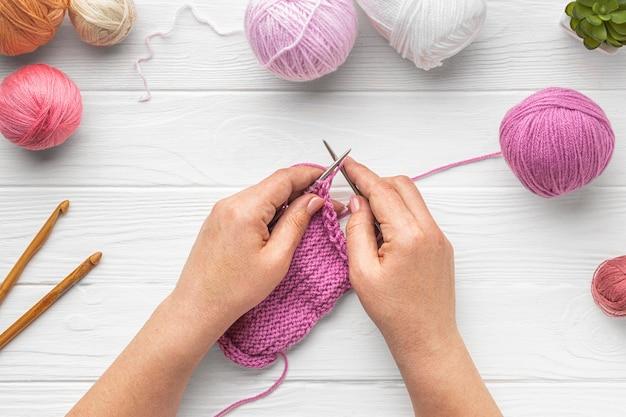 Mise à plat de la personne tricotant avec du fil