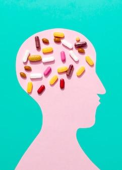 Mise à plat de pilules sur le cerveau de forme humaine