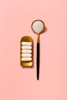 Mise à plat de pilules avec une cuillère de médicament écrasé