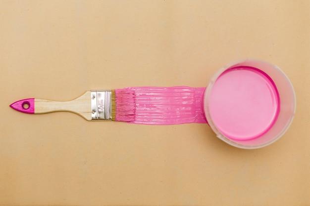 Mise à plat de pinceau rose et de peinture