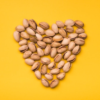 Mise à plat de pistache en forme de coeur
