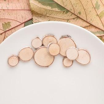 Mise à plat de la plaque avec des feuilles d'automne et du bois