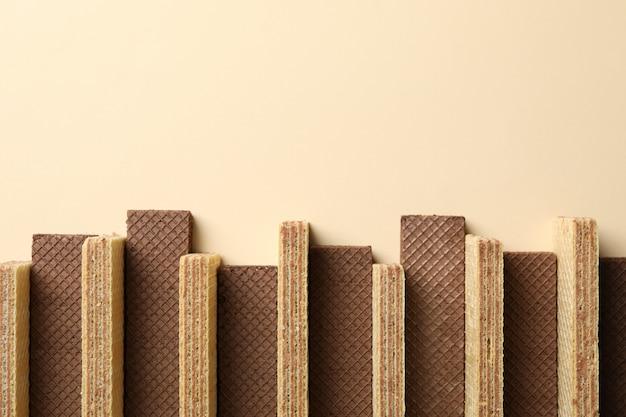 Mise à plat avec des plaquettes sur fond beige, espace pour le texte