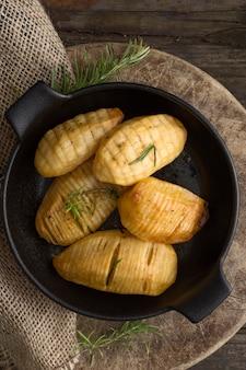 Mise à plat de pommes de terre savoureuses dans un bol