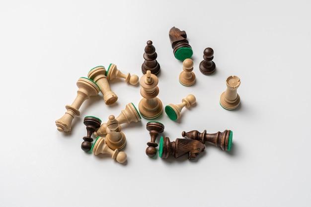 Une mise à plat de quelques pièces d'échecs en noir et blanc isolées, concept minimaliste simple