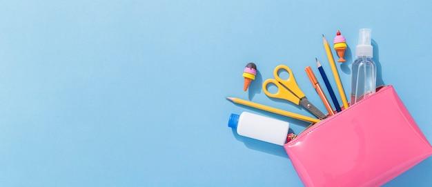 Mise à plat de retour aux fournitures scolaires avec des ciseaux et un espace de copie