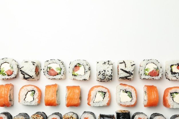 Mise à plat avec des rouleaux de sushi. nourriture japonaise