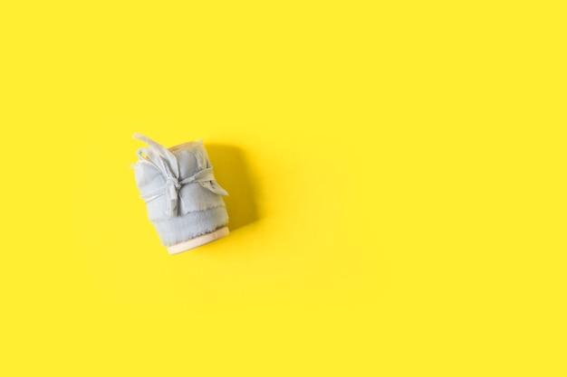 Mise à plat avec ruban gris sur jaune tendance