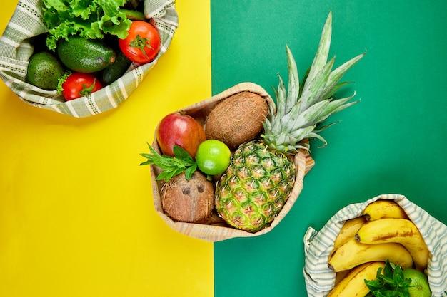 Mise à plat de sacs de coton d'épicerie respectueux de l'environnement avec des fruits et légumes biologiques