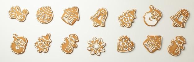Mise à plat avec de savoureux biscuits de noël sur blanc
