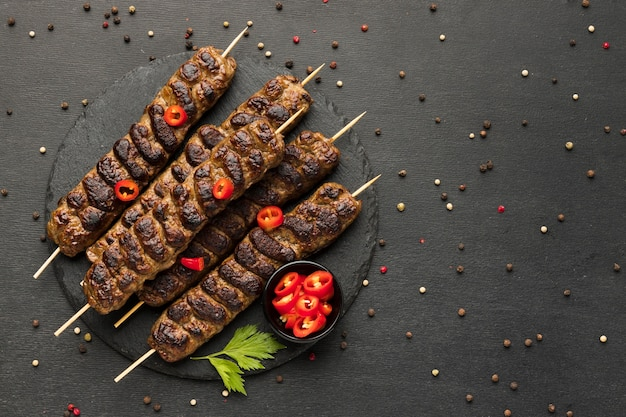Mise à plat de savoureux kebab avec condiments sur assiette