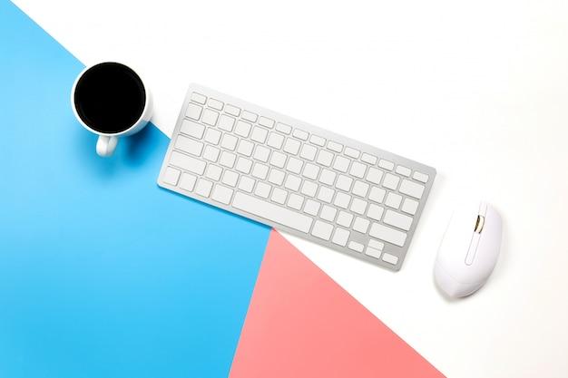 Mise à plat table de bureau de bureau du lieu de travail moderne avec ordinateur portable sur une table bleu rose et blanc,