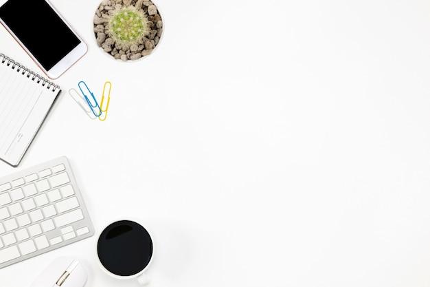 Mise à plat table de bureau office du lieu de travail moderne avec ordinateur portable sur fond blanc, vue de dessus