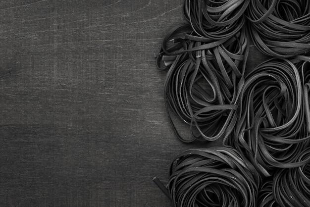 Mise à plat de tagliatelles noires avec espace copie
