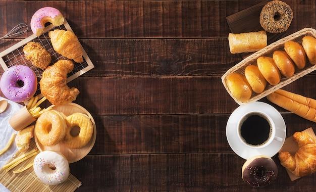 Mise à plat de la tasse de café et de la malbouffe variée