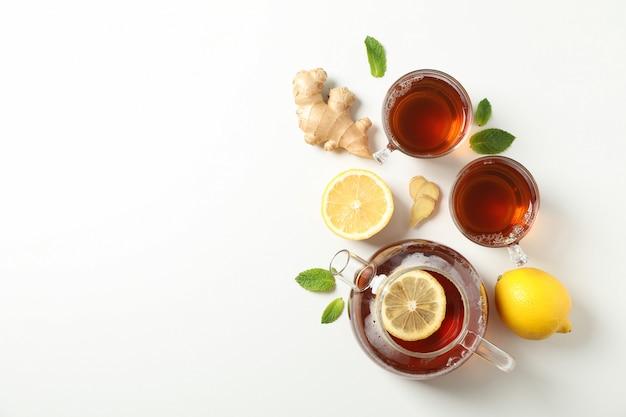 Mise à plat. tasses avec thé et théière, citron, menthe et gingembre, espace pour le texte