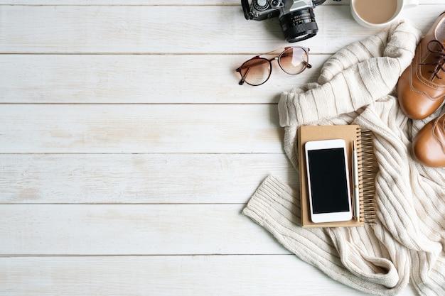 Mise à plat avec tenue chaude et confortable pour le froid, accessoires de voyage. automne confortable, shopping de vêtements d'hiver, vente, style dans le concept de couleurs de ton terre, vue de dessus, espace copie