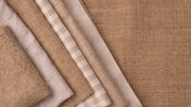 Mise à plat de textiles colorés monochromes avec espace copie