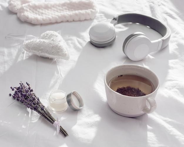 Mise à plat avec une tisane de lavande saine dans une tasse