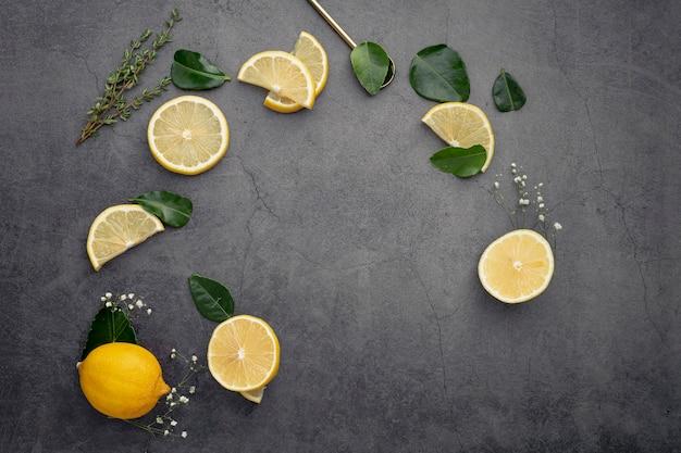 Mise à plat de tranches de citron avec des feuilles