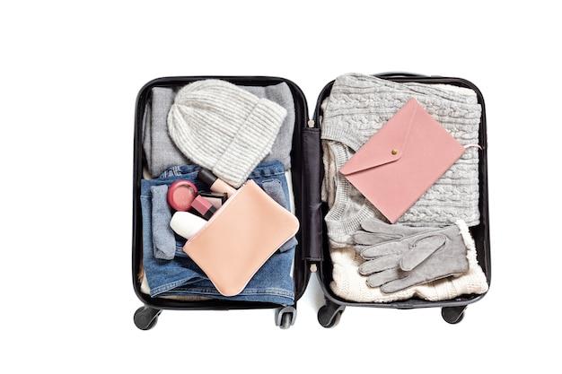 Mise à plat avec valise ouverte avec des vêtements décontractés