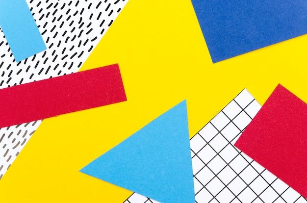 Mise à plat d'une variété de formes de papier colorées
