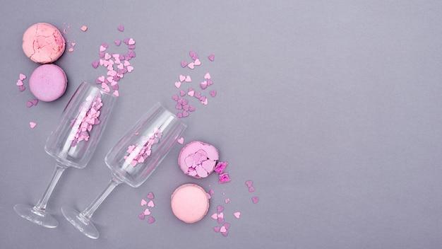 Mise à plat de verres avec des confettis en forme de coeur