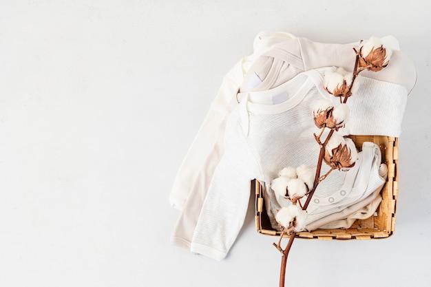 Mise à plat de vêtements nouveau-nés mignons isolés