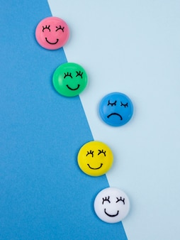 Mise à plat des visages avec des émotions pour le lundi bleu