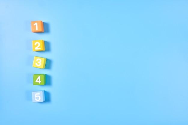 Mise à plat vue de dessus de cubes de chiffres de couleur vive avec des nombres