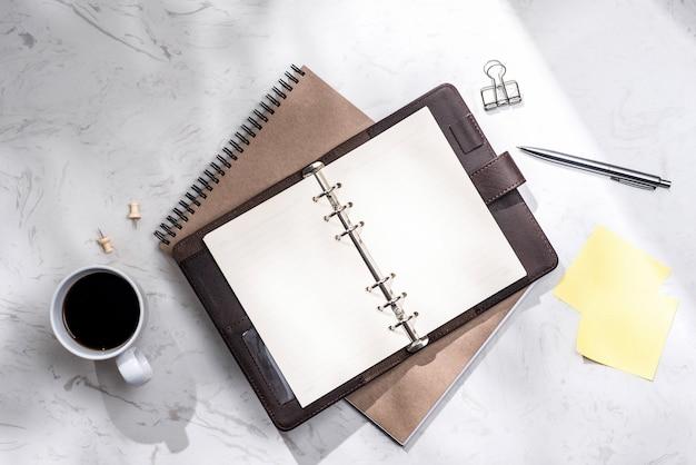 Mise à plat, vue de dessus du cahier ouvert et autres fournitures.