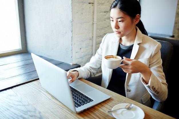 Mise en réseau par une tasse de café