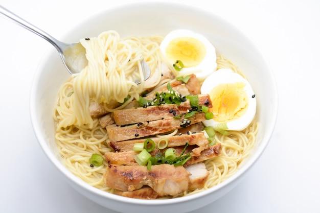 Miso ramen à l'œuf et au porc, cuisine japonaise faite maison