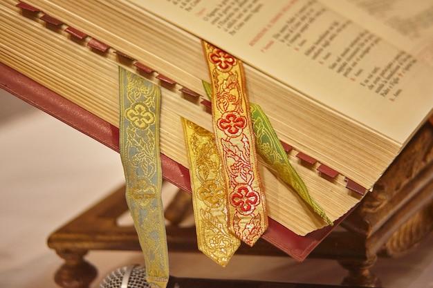 Missel avec divers signets servant de livre pour les lectures pendant les célébrations