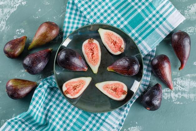 Mission les figues et les moitiés dans un bol et à proximité sur un pique-nique et une sarcelle d'hiver. mise à plat.