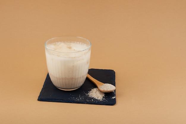 Misutgaru latte boisson rafraîchissante coréenne sur beige