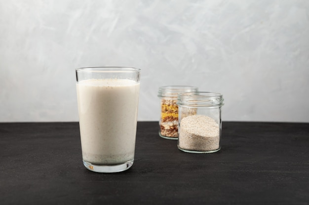 Misutgaru ou misugaru latte boire un smoothie protéiné sain avec de la poudre multigrains grillée