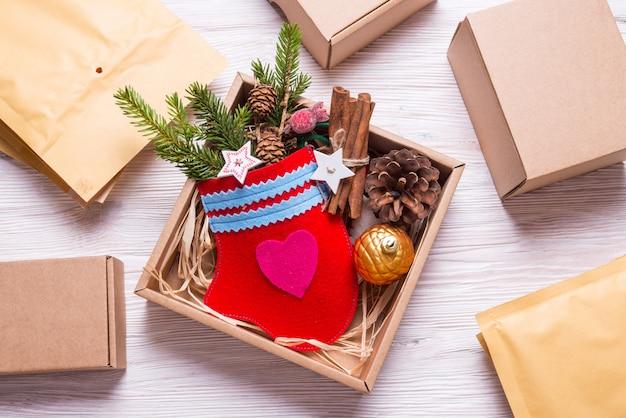 Mitaines faites à la main dans une boîte en carton, cadeau de noël