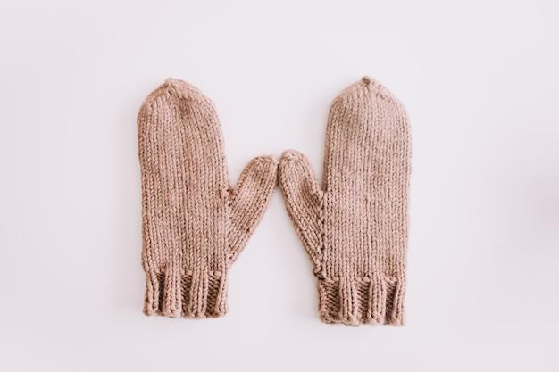 Mitaines tricotées chaudes isolées sur la vue de dessus de fond blanc